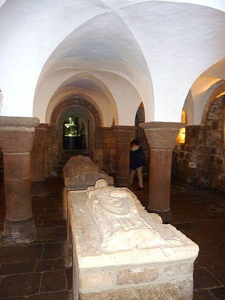 450px-quimperle-15-eglise-sainte-croix-la-crypte-1.jpg