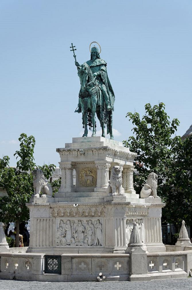 678px statue saint etienne budapest 2
