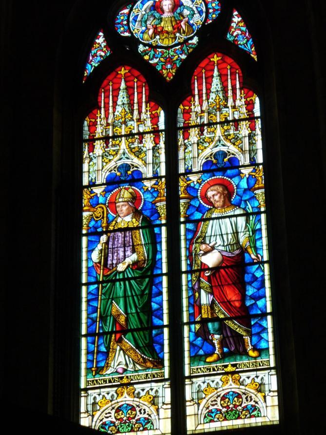 Kathedrale st trophime1078 1152bunte bleiglasfenster benannt nach dem ersten bischof 3 jh n chr vonarles innenraum