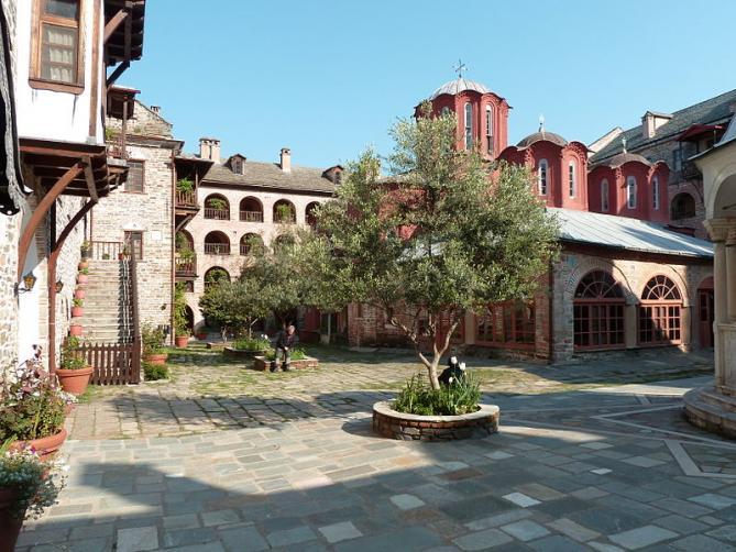 La cour interieure du monastere de koutloumousiou 1