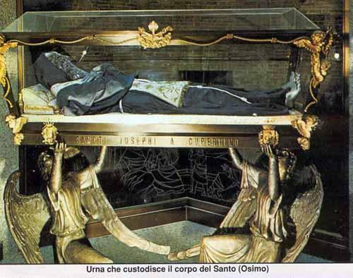 le-corps-incorrompu-de-saint-joseph-de-copertino-conserve-dans-la-basilique-d-osimo-1.jpg