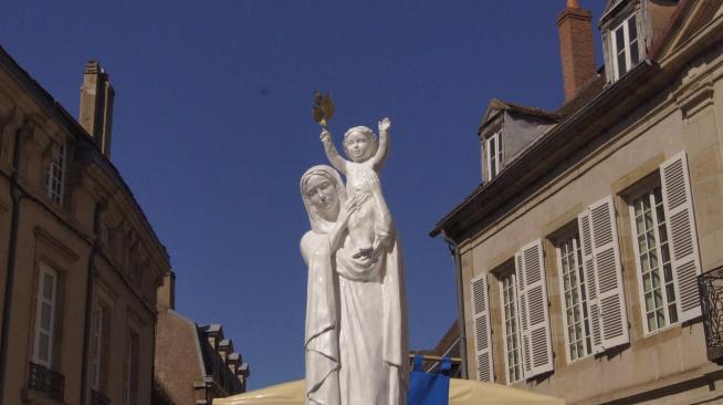 Notre dame de france presente son fils aux pelerins les encourageant a la priere quot mon fils se laisse toucher quot photo jsl isabelle thibaudin 1594495374
