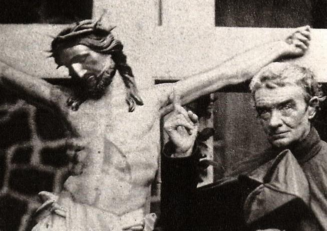 Pere laval montrant la croix