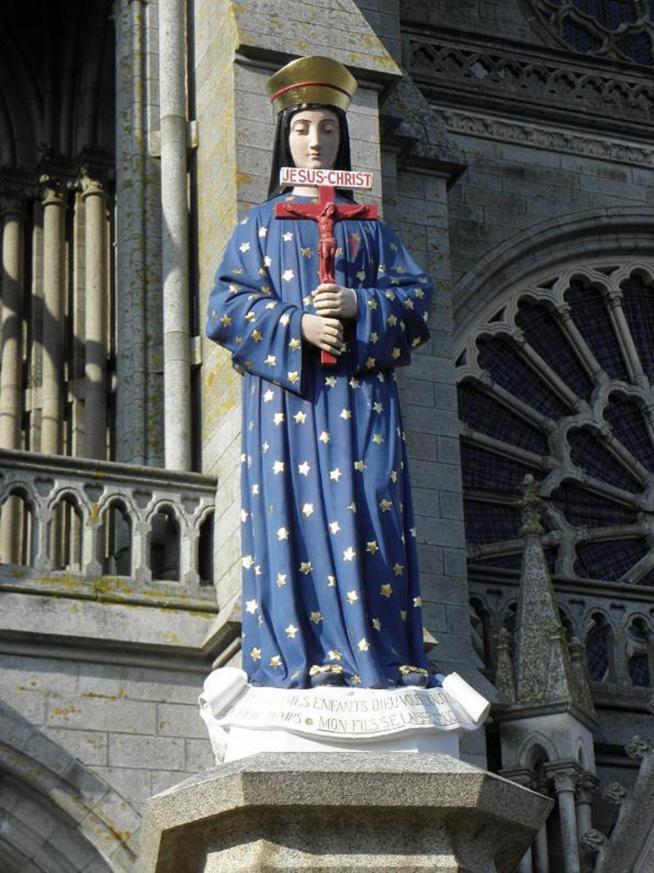 Pontmain 53 statue de la vierge sur le parvis de la basilique 11