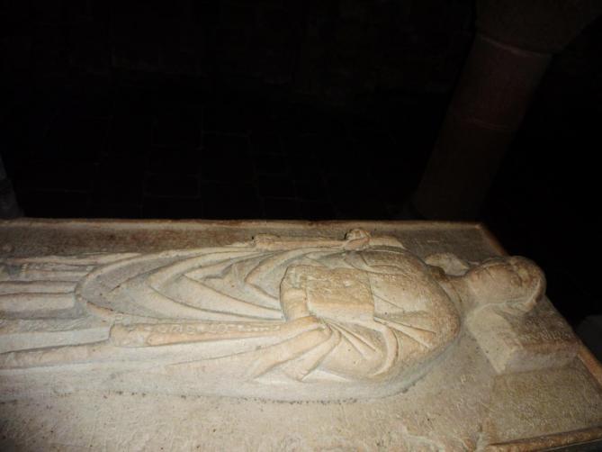 Quimperle 16 eglise sainte croix l un des gisants