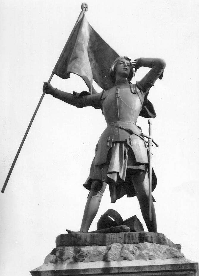 Statue de jeanne d arc place du martroi jargeau 1